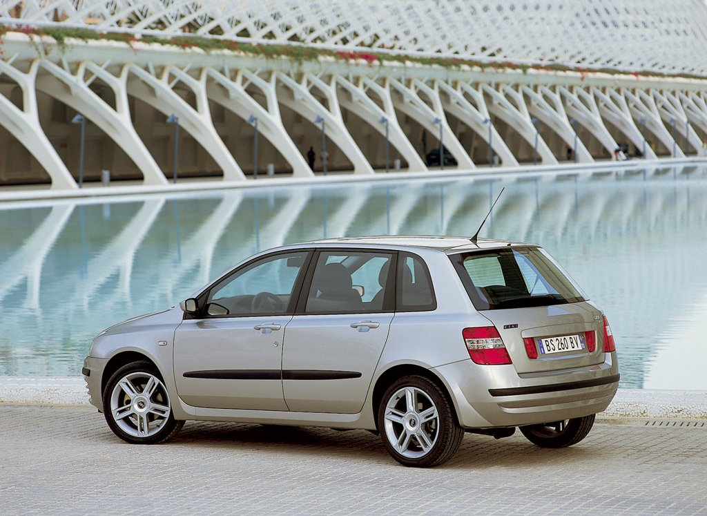 The exterior of the new FIAT STILO (2001) is a modern middle European level