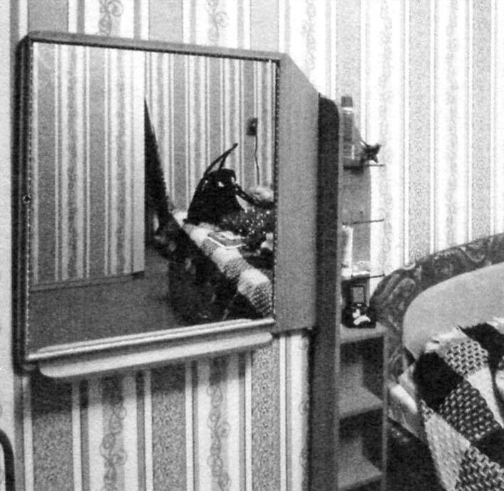 Будуар в «дежурном» положении: зеркало развёрнуто вдоль стены, светодиодная лента — отключена
