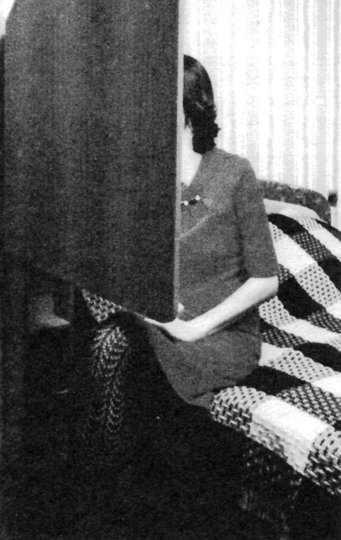 Будуар в рабочем положении: зеркало развёрнуто вдоль кровати, светодиодная лента -включена