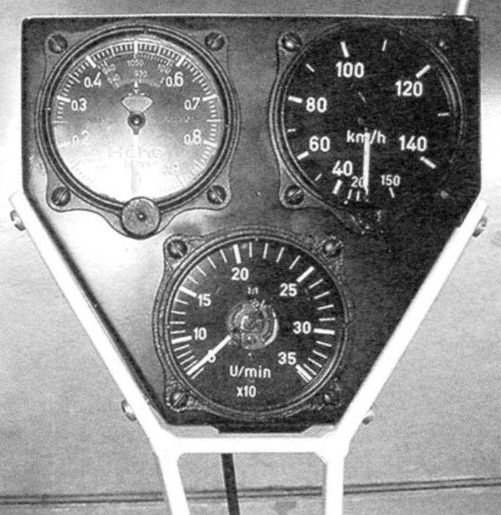 Приборное оборудование «Трясогузки»: высотомер, указатель скорости и тахометр (показывает обороты ротора)