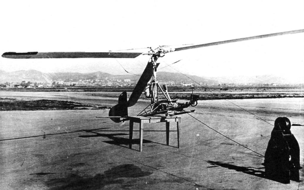 Fa-330 при лётной отработке, подниматься он мог с помощью планёрной лебёдки. (На снимке - справа)