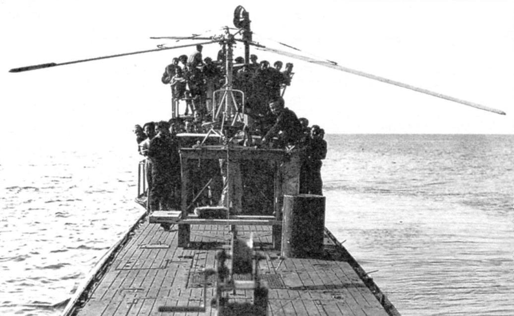 Отработка «Трясогузки» на подводной лодке. Деревянная подставка, на которой стоит Fa-330, вряд ли будет штатным оборудованием подводной лодки. На переднем плане - лебёдка