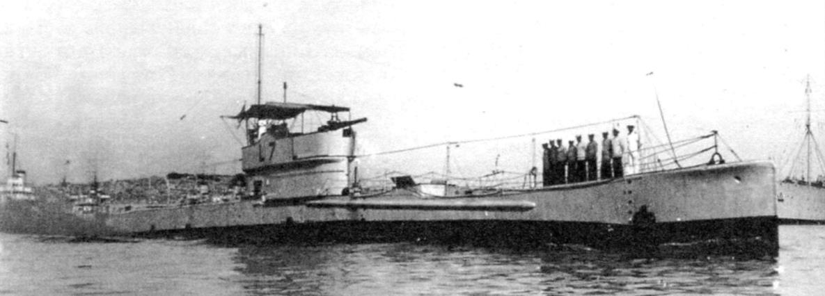 Субмарина «L-7». Над ходовым мостиком рубки натянут силами экипажа временный брезентовый тент от солнца или дождя