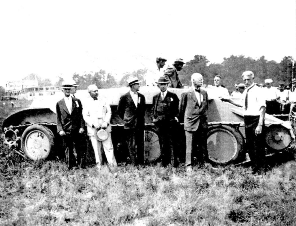 Американская правительственная комиссия возле облегчённого танка Кристи после демонстрации прыжка