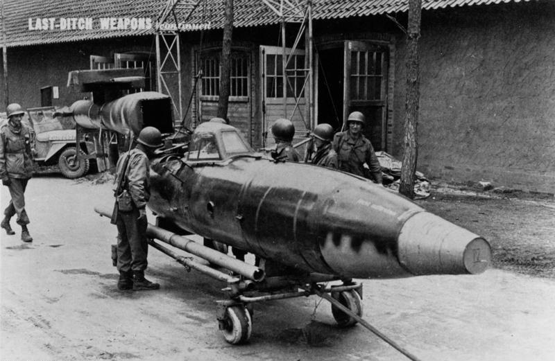 Американские солдаты осматривают трофейный «Райхенберг IV». Спереди - крышка в виде ведра. Труба рядом с аппаратом - лонжерон для крыльев