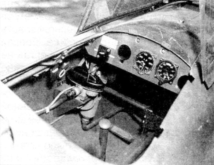 Кабина «Райхенберга». На приборной доске отсутствуют часы и указатель поворота и скольжения. Агрегат на левом борту служит для управления двигателем