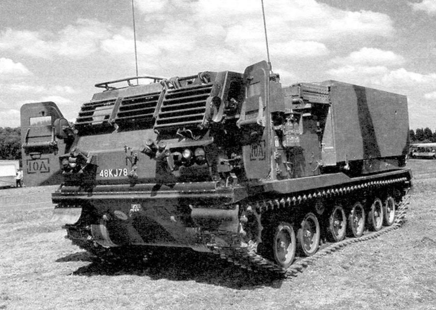Реактивная система залпового огня M270 MLRS в походном положении. Масса снаряжённой боевой машины 25,2 т, мощность двигателя Cummins VTA-903 - 500 л.с.