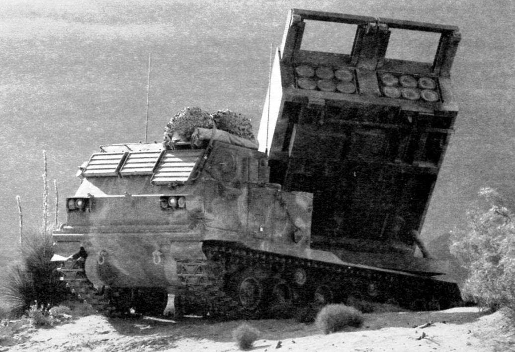 Пусковая установка М270 на огневой позиции в готовности к залпу. Операция «Буря в пустыне», Ирак - Кувейт, 1991 г.