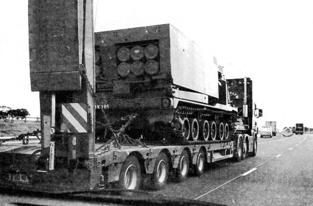 Перевозка боевой машины М270 на транспортёре-тягаче. Лондон, аэропорт Хитроу, 2008 г.