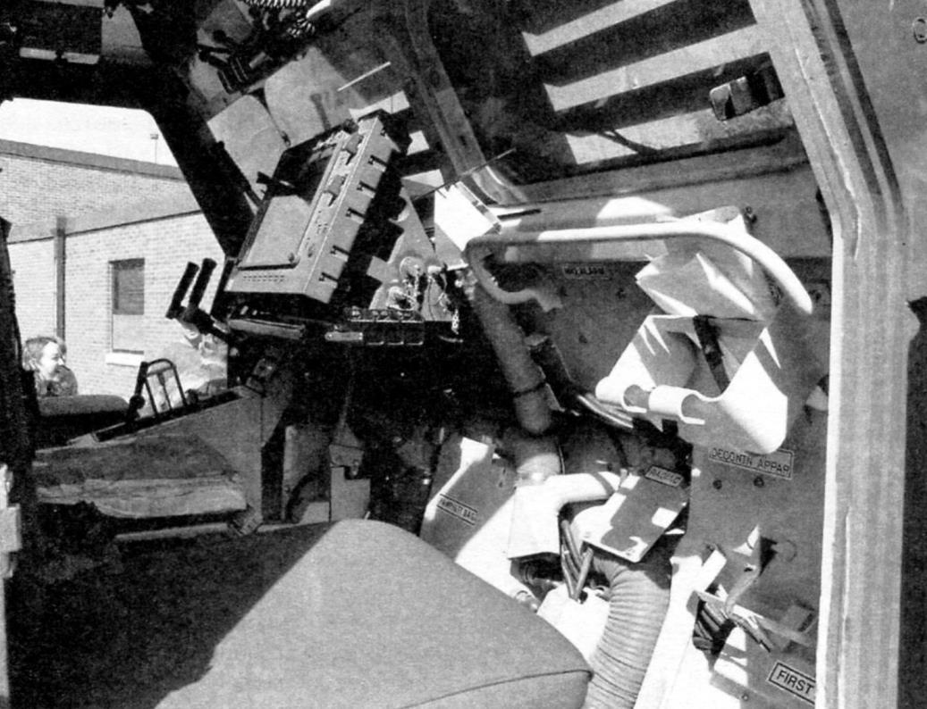 Бронекабина установки. На переднем плане дисплей системы управления огнём