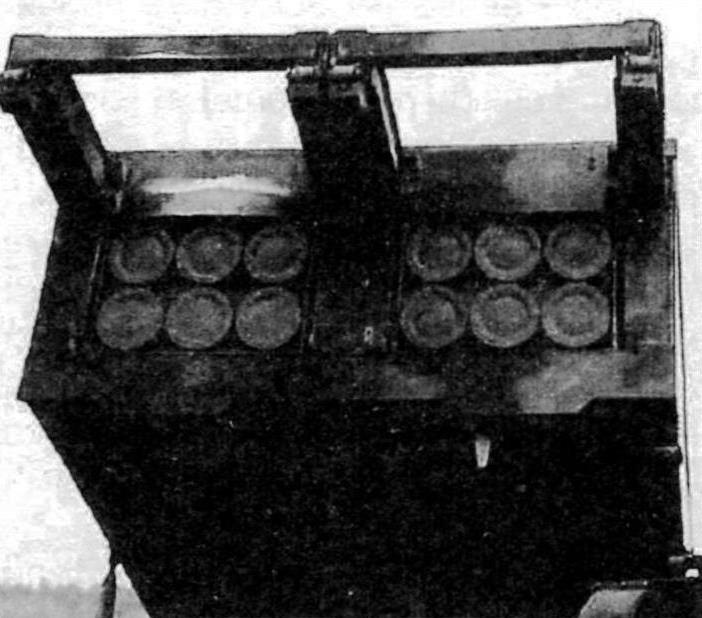 Пусковой заряжающий модуль М269 с двумя контейнерами. В каждом из них по шесть снарядов. В верхней его части консоли механизма перезагружения