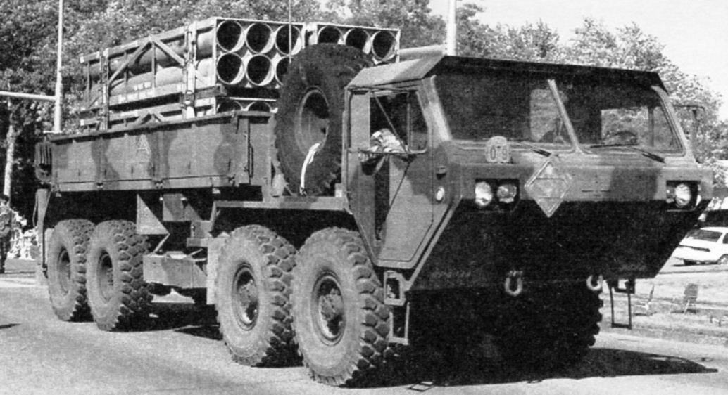 Транспортно-заряжающая машина М985 (8x8) с транспортно-пусковыми контейнерами реактивных снарядов