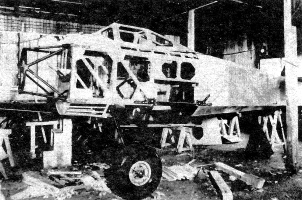 Самолёт Ташикава «Та-Го» в процессе строительства. В дальнейшем он сгорел во время авианалёта