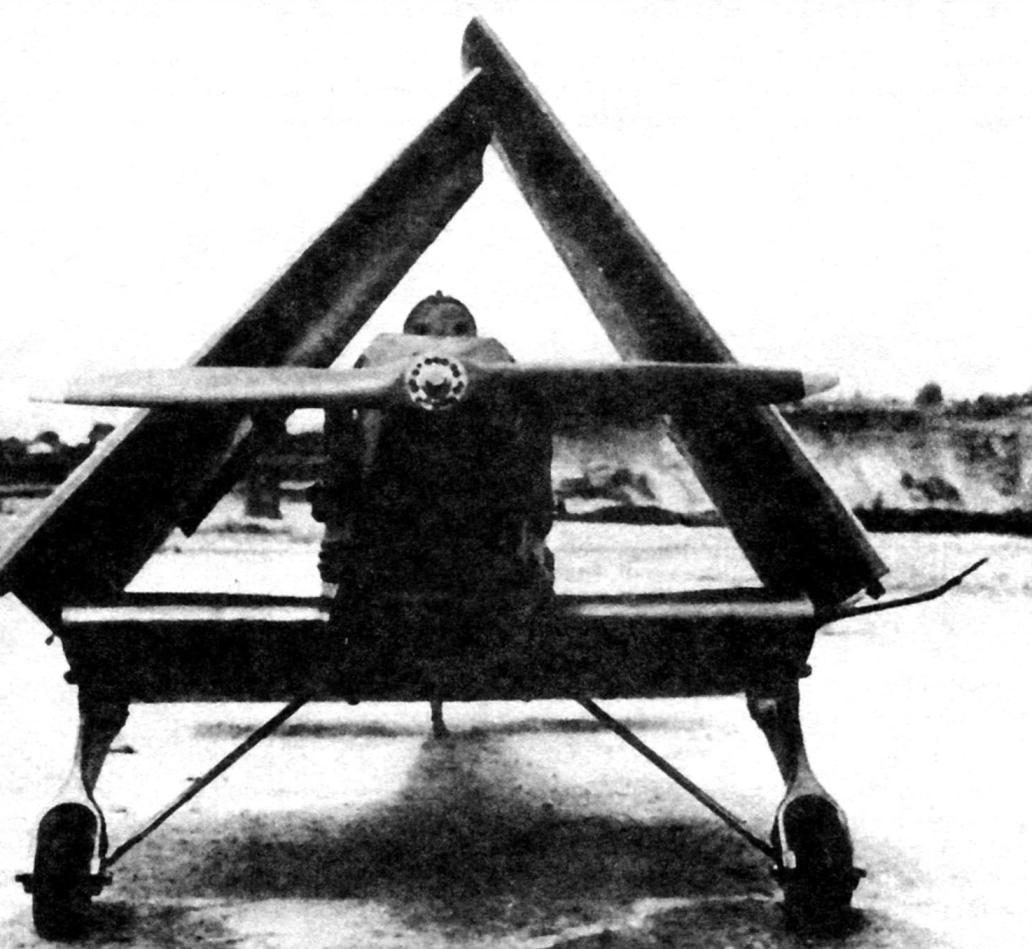 Кокусай «Та-Го» со сложенными крыльями. Над фюзеляжем виден топливный бак. Самолёт имеет «ломаную» трубку ПВД на левой части центроплана