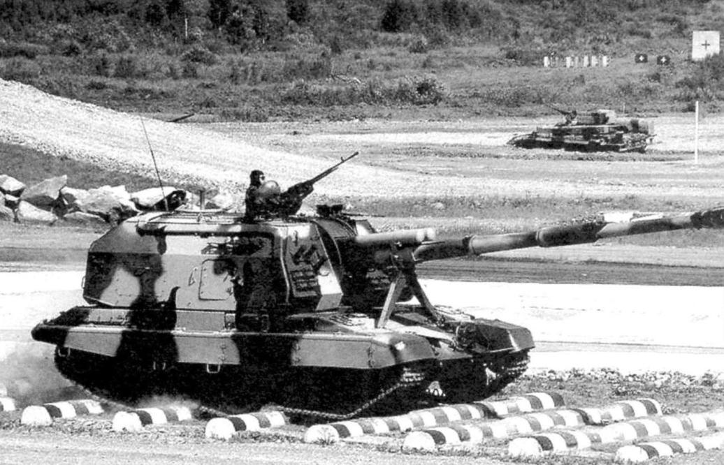Дивизионная самоходная гаубица 2С19 «Мста-С», вооружённая орудием 2А64 калибра 152,4 мм. Масса САУ - 42 т, длина с орудием вперёд - 11,92 м