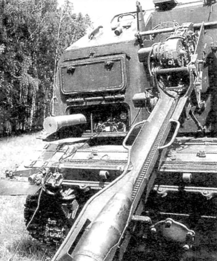 Кормовой лоток механизма автоматической подачи с загруженным на него снарядом