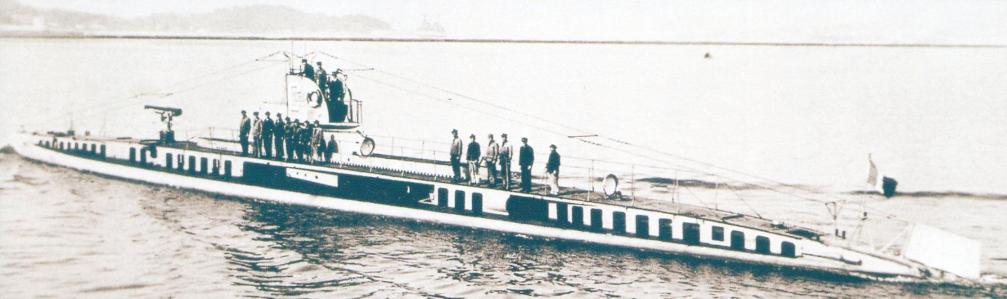 «Кюри» в 1924 г. во время входа в гавань Тулона. В корме виден вертикальный верхний руль - характерная особенность этой субмарины