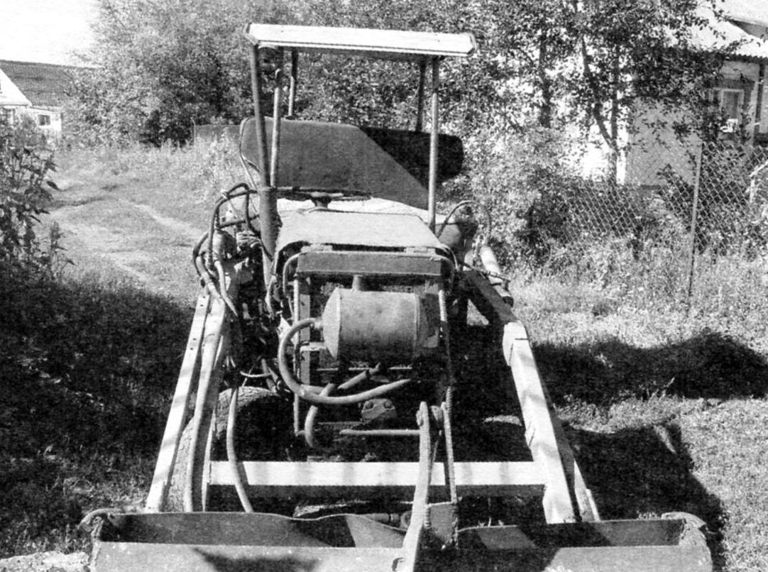 Вид спереди трактора-погрузчика