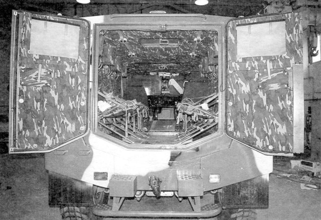 В корме бронемашины имеются две распашные двери и подножки для десантников