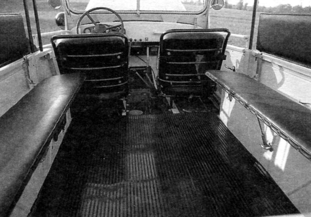 Салон автомобиля ГАЗ-69 в восьмиместном варианте кузова