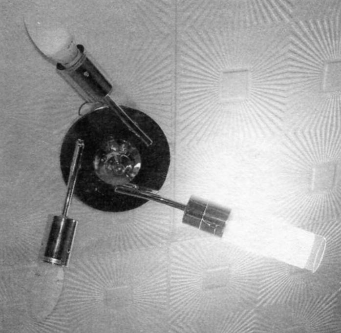 Фото 1. Внешний вид потолочного светильника с тремя однотипными СЛ