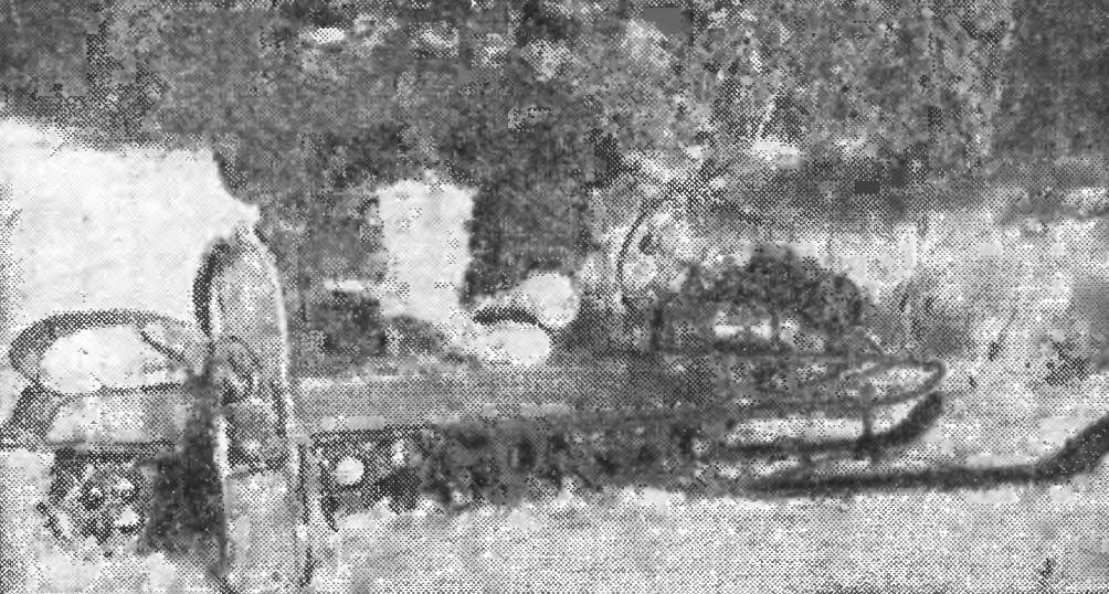 С традиционным средством передвижения таежного охотника — лыжами, подбитыми мехом, сегодня соперничают мотонарты с металлической гусеницей. Их построил читатель нашего журнала И. А. Карелин из поселка Пеледуй Якутской АССР.