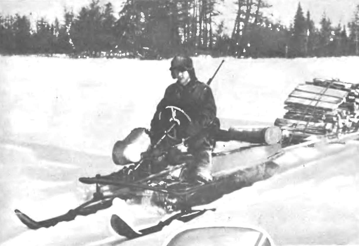 «ЯКУТИЯ» конструкции И. А. Карелина, поселок Пеледуй Якутской АССР. На фотографии мотонарты буксируют прицеп с древесиной, заготовленной в тайге.