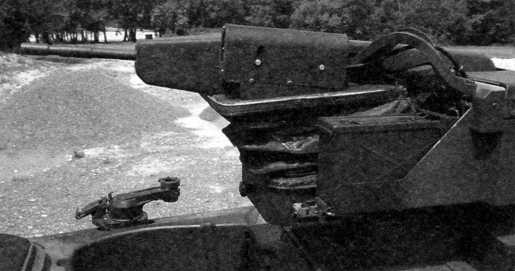 Танк «Леклерк АЗУР» вооружили 7,62-мм дистанционно управляемым пулемётом, установленным на крыше башни