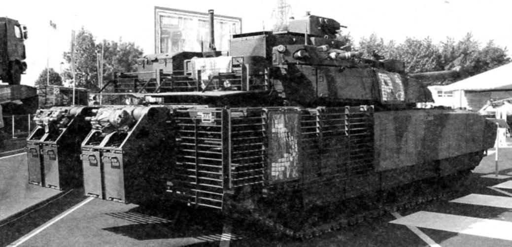 Танк «Леклерк АЗУР» с новыми фальшбортами из композитной брони, противокумулятивными решётками, прикрывшими корму корпуса и заднюю часть башни. На кормовых кронштейнах установлены легкобронированные грузовые короба