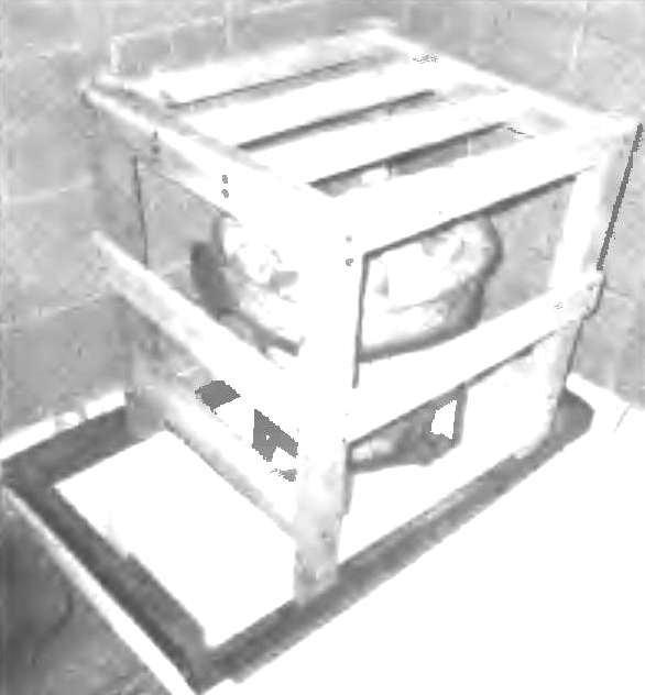 «Печка-каменка» в держателе, установленная на подставку и накрытая деревянным ограждением