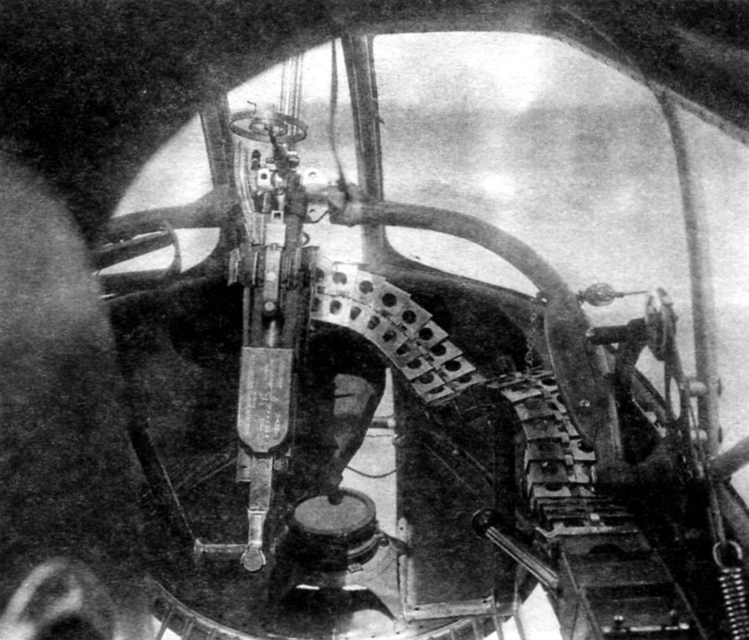 Подвеска бомб в грузовой отсек УТ-3. Справа видна трубка внутри для питания гироскопических приборов