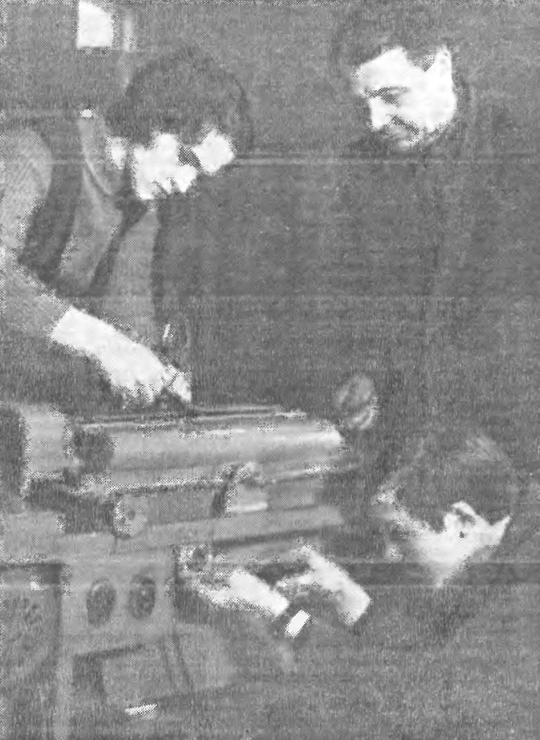 И. П. Евдокименко руководит последними приготовлениями к отправке агрегатов на ВДНХ СССР.