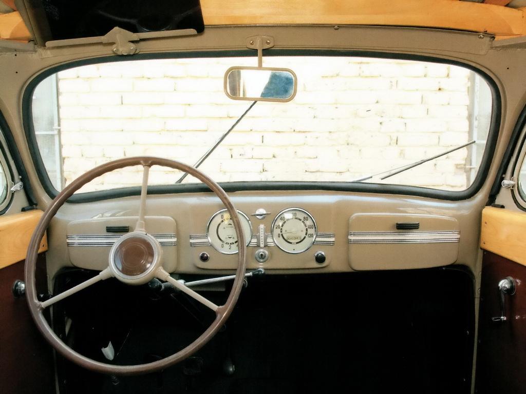 Органы управления и приборы автомобиля «Москвич-400» первых выпусков (в дальнейшем перчаточные шинки имели прямоугольные металлические крышки с горизонтальными молдингами и небольшими эбонитовыми ручками чёрною цвета)