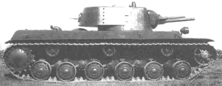 Двухпушечный танк КВ-1 (1-й вариант). В башне установлены 76,2-мм пушка Л-11 и 45-мм 20К. Сентябрь 1939 г.
