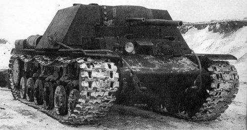 КВ-7. В неподвижной броневом рубке установлены 76,2-мм пушка Ф-34 (центральная) и две 45-мм пушки 20К (боковые). Справа в корпусе - лобовой 7,62-мм пулемёт ДТ. Декабрь 1941 г.