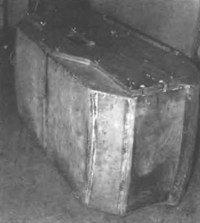 Тыльные, боковые панели «чемодана» образованы обшивкой второй от кормы (самой большой) секции лодки. Верхняя панель состоит из банки гребна и пары малых задних панелей (в форме параллелограммов) и разрезной (для удобства хранения в лодке при плавании) фигурной передней. Над верхней панелью выступает продольная планка - это часть привальною бруса переднего транца