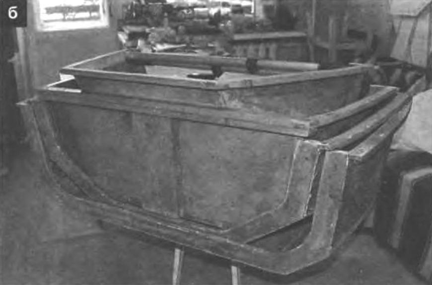 Секции лодки, уложенные друг в друга (а - вид с кормы и б - с носа)