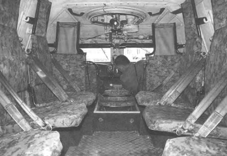 Десантное отделение броневика с противотравматическими сиденьями. В центре - рабочее место стрелка-наводчика, над ним - боевой люк