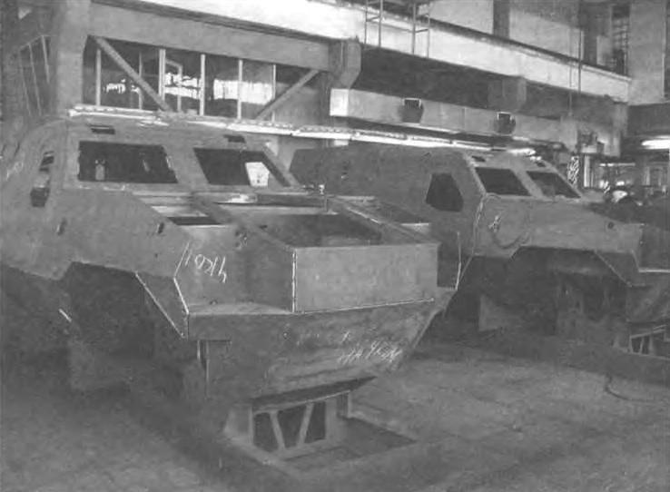 Корпуса броневиков в сборочном цехе Львовского бронетанкового завода