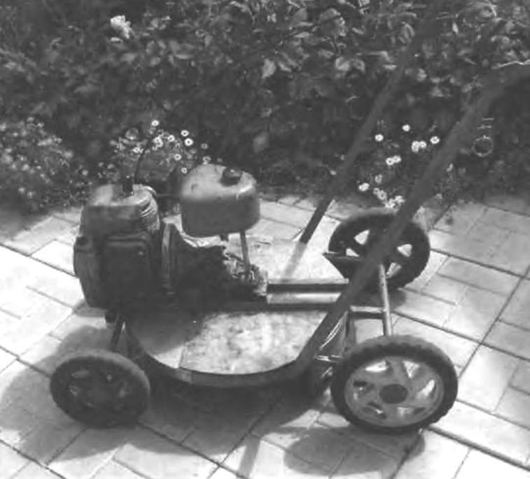 Вариант оборудования газонокосилки для скашивания в левую сторону