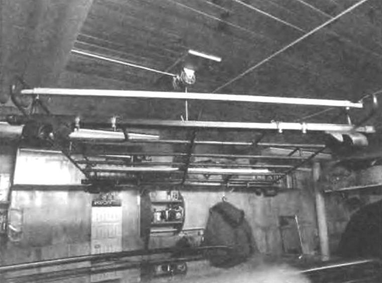 Багажник с помощью траверсы поднимается под потолок гаража на хранение