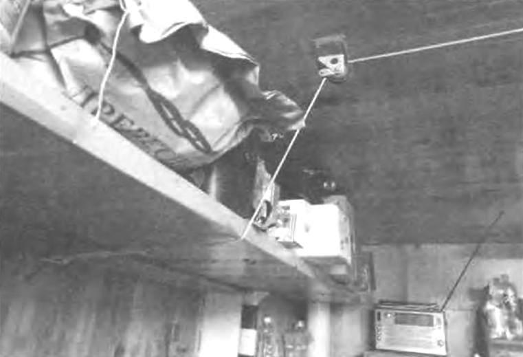 Фиксации коуша посредством веревочной петли на крюке стены