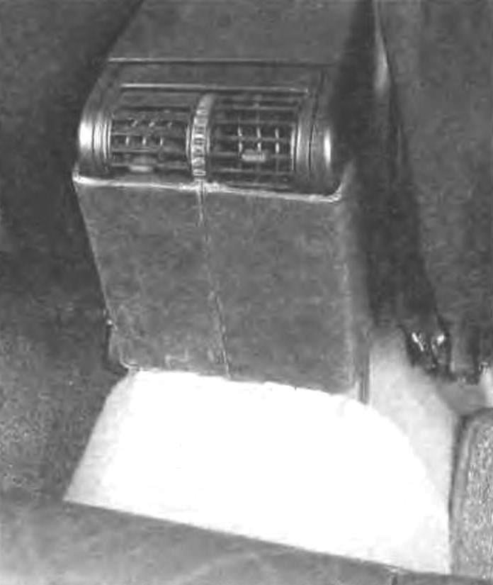 Приспособление, выполняющее функцию зашиты кнопок обогрева сидений