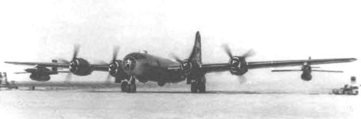 Самолет-носитель Ту-4 с мишенями Ла-17
