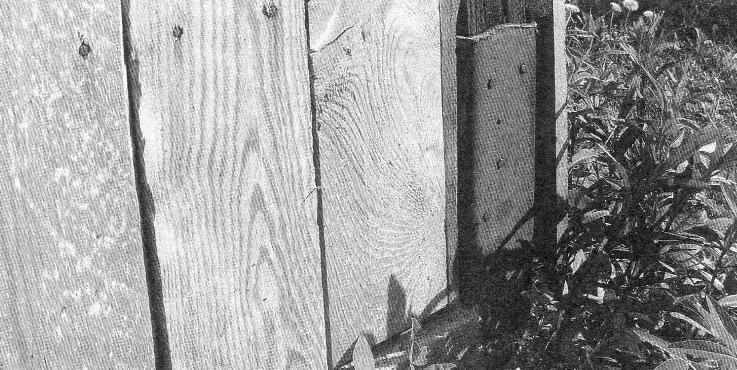 Опорная ножка стойки в бетонном монолитном ростверке, стойка опирается на полку и прибита к ней гвоздями