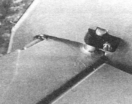 Узел навески цельноповоротного стабилизатора в полной готовности. Шип-поводок вставлен в гнездо стабилизатора и немного выступает из его передней кромки. Поставлен руль поворота