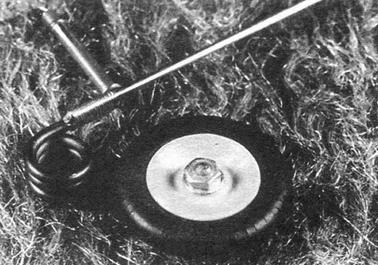 Узел управляемого хвостового колеса на трубчатом подшипнике, вклеиваемом в подфюзеляжный фальшкиль. Тонкий проволочный поводок входит в кольцевое ушко, заделанное в руле поворота