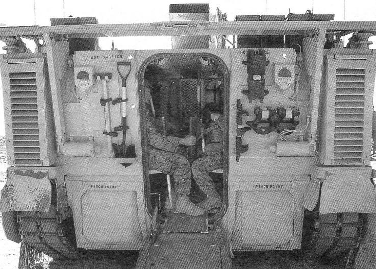 Корма машины. Открытая дверь выходного десантного люка превращена в наклонную аппарель. В нижней части транца видны заглушки сопел водометных движителей