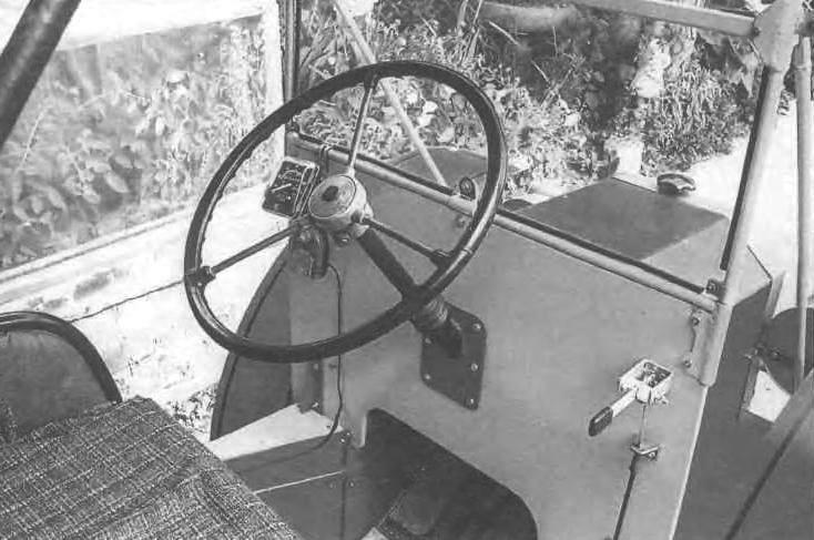 Кабина ретромобиля: справа - рычаг управления двигателем (манетка «газа»)