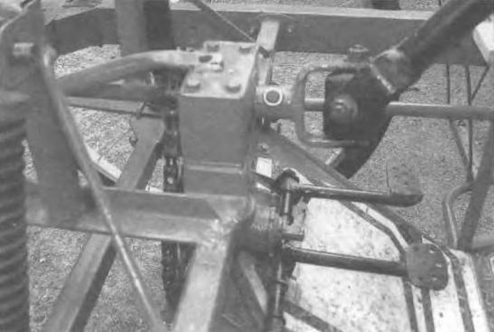 Педали управления (ближняя - сцепления, дальняя - тормоза) и механизм рулевого управления с карданным шарниром и ценной передачей
